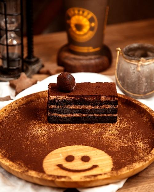 Vista frontale del dolce al tartufo dolce con cacao in polvere su una lavagna con una faccina sorridente Foto Gratuite