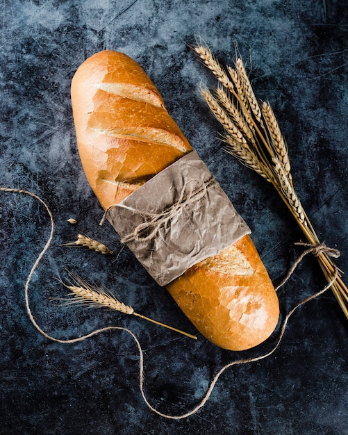 Vista frontale del pane su sfondo nero Foto Gratuite