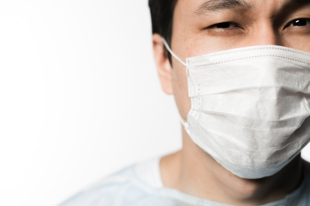 Vista frontale del paziente con maschera medica e copia spazio Foto Gratuite