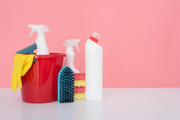 Vista frontale del secchio con prodotti per la pulizia e copia spazio Foto Gratuite