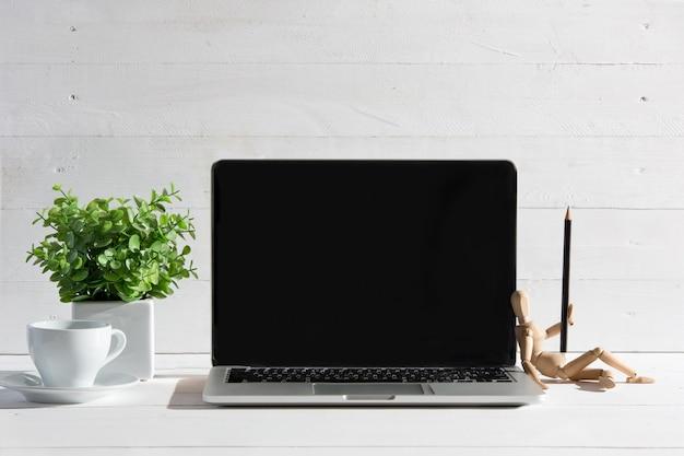 Vista frontale del taccuino e tazza di caffè. ispirazione e concetto di mock-up Foto Gratuite