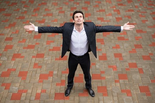 Vista frontale dell'uomo a braccia aperte Foto Gratuite