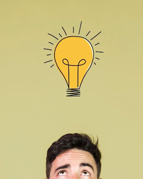 Vista frontale dell'uomo che ha un'idea Foto Gratuite
