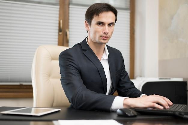 Vista frontale dell'uomo che lavora in ufficio Foto Gratuite