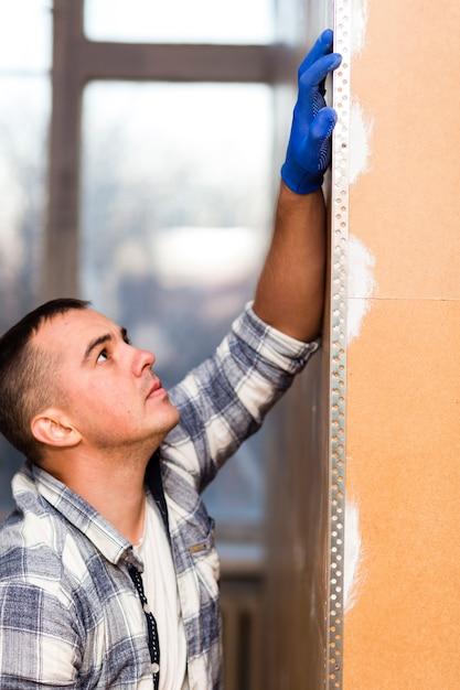 Vista frontale dell'uomo che lavora nella costruzione Foto Gratuite