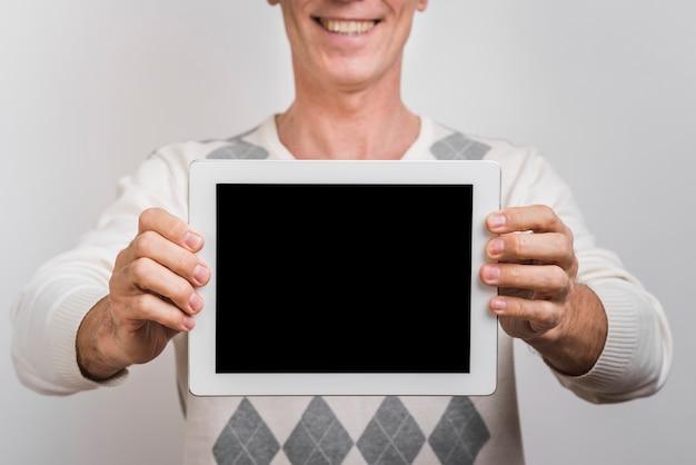 Vista frontale dell'uomo con il tablet Foto Gratuite