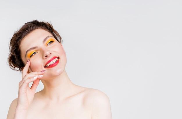 Vista frontale della bella donna con spazio di copia Foto Gratuite