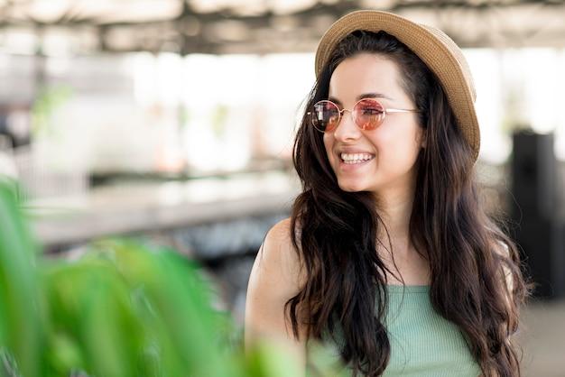 Vista frontale della bella donna sorridente Foto Gratuite