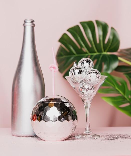 Vista frontale della bottiglia e del vetro di champagne d'argento Foto Gratuite