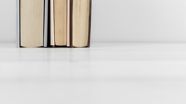 Vista frontale della disposizione del libro su sfondo chiaro Foto Gratuite