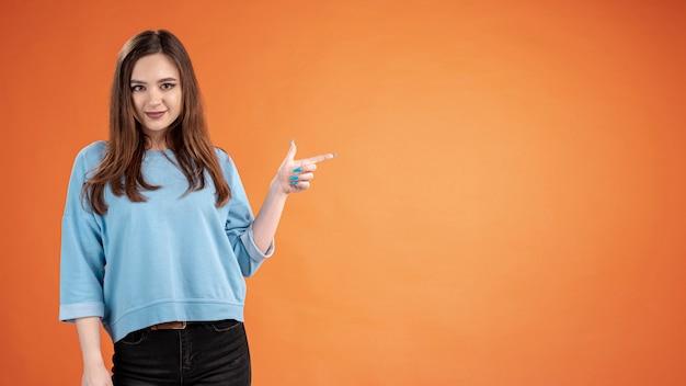 Vista frontale della donna che indica con lo spazio della copia Foto Gratuite