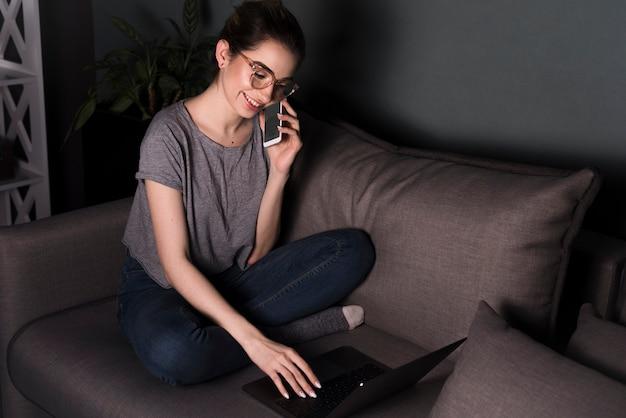 Vista frontale della donna che lavora al computer portatile Foto Gratuite
