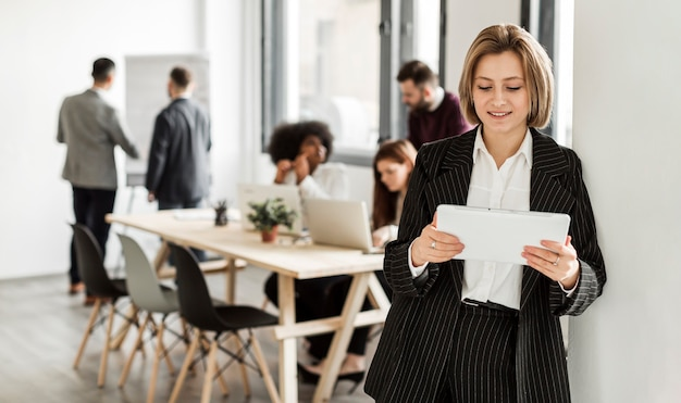 Vista frontale della donna che legge un documento Foto Gratuite