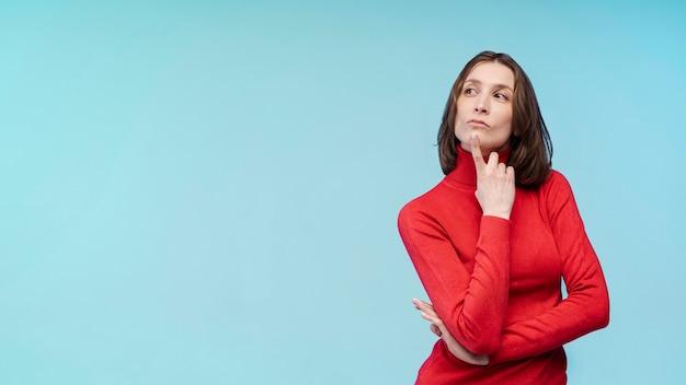 Vista frontale della donna che pensa mentre posando Foto Gratuite