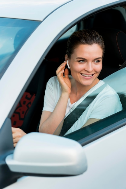 Vista frontale della donna in auto personale Foto Gratuite