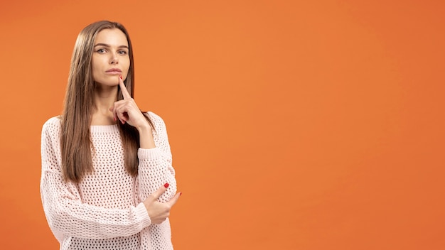 Vista frontale della donna seducente che posa e che pensa Foto Gratuite