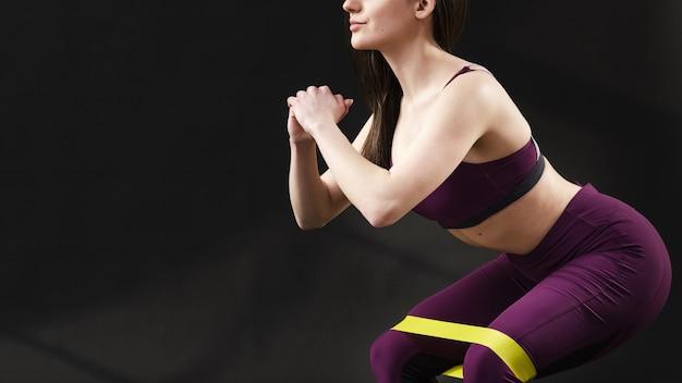 Vista frontale della donna sportiva con lo spazio della copia Foto Gratuite