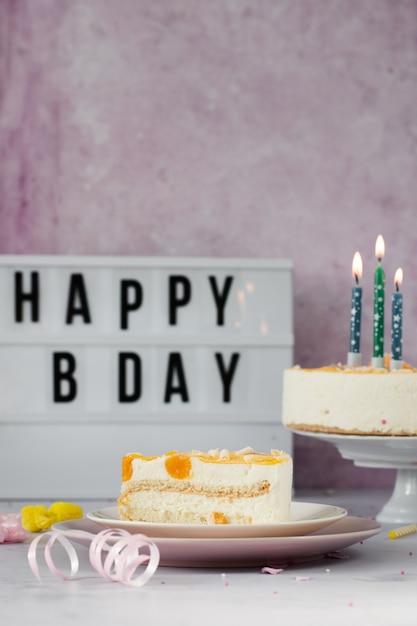 Vista frontale della fetta di torta con messaggio di buon compleanno Foto Gratuite