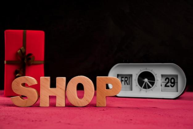 Vista frontale della parola negozio sul tavolo normale Foto Gratuite