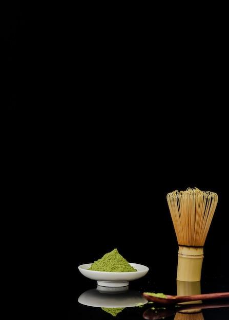 Vista frontale della polvere del tè di matcha con lo spazio della copia Foto Gratuite