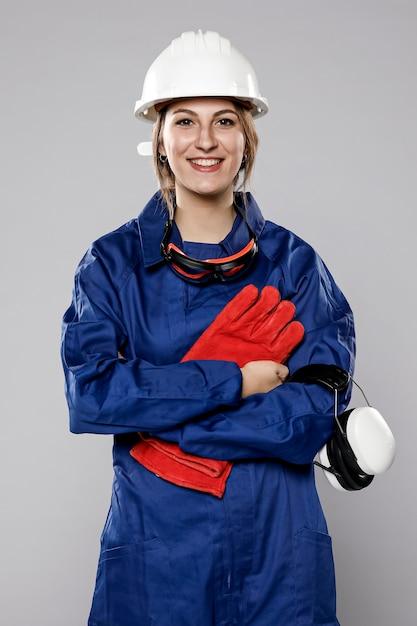 Vista frontale della posa femminile del muratore Foto Gratuite
