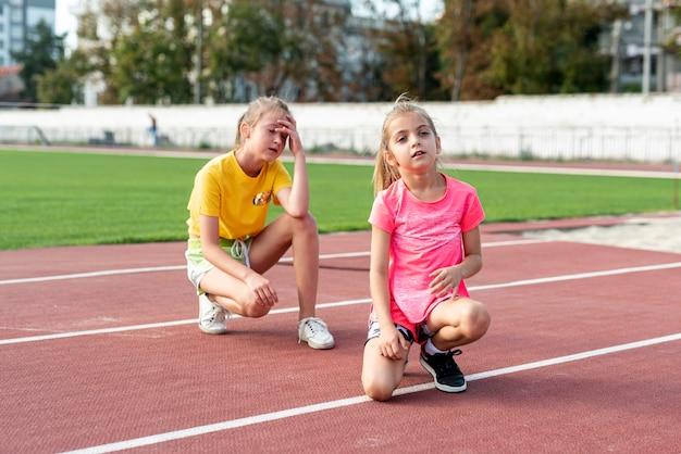 Vista frontale della ragazza sulla pista di atletica Foto Gratuite