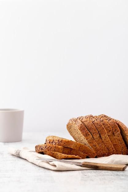 Vista frontale delle fette di pane tagliate lateralmente Foto Gratuite