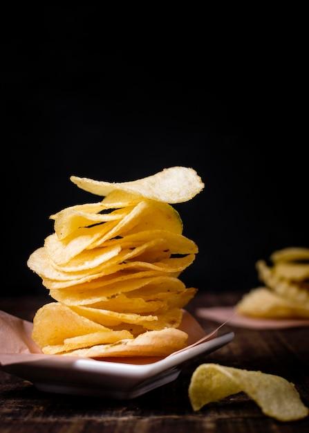 Vista frontale delle patatine fritte con lo spazio della copia Foto Gratuite