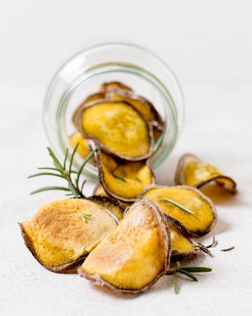 Vista frontale delle patatine fritte con rosmarino in barattolo Foto Gratuite