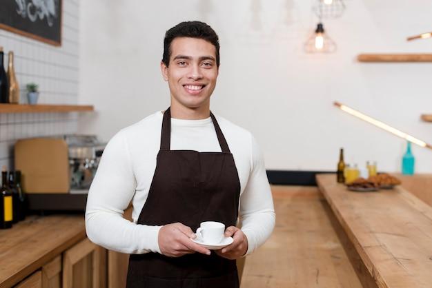 Vista frontale di batista nella caffetteria Foto Gratuite