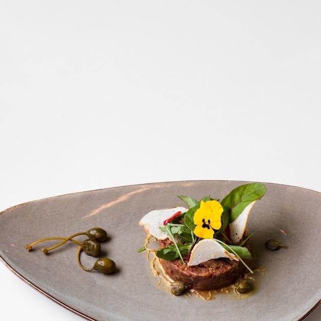 Vista frontale di cibo gourmet di manzo Foto Gratuite