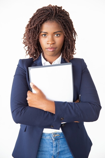 Vista frontale di impiegato femminile serio Foto Gratuite