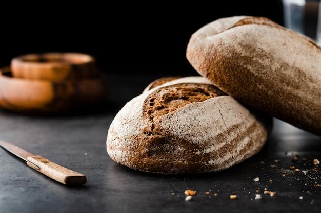 Vista frontale di pane e coltello sul tavolo Foto Gratuite