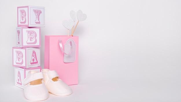 Vista frontale di piccoli accessori svegli della neonata con lo spazio della copia Foto Gratuite