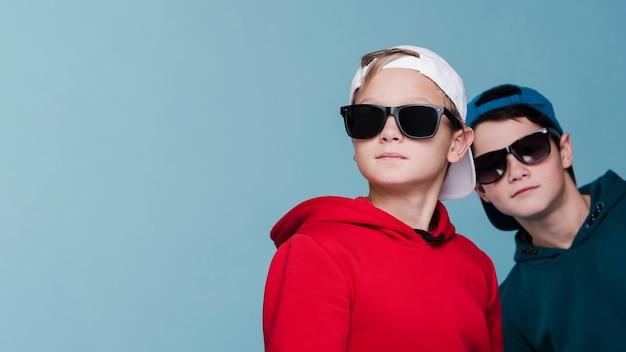Vista frontale di ragazzi moderni con spazio di copia Foto Gratuite