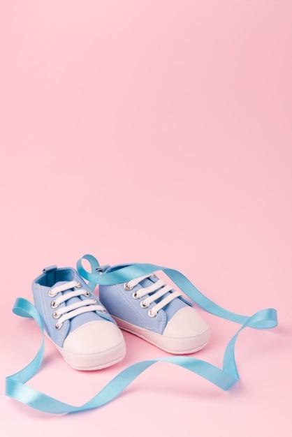 Vista frontale di scarpe da bambino carino Foto Gratuite