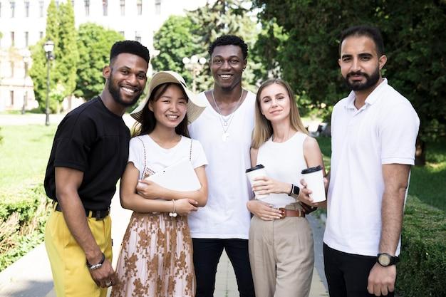 Vista frontale di un gruppo multirazziale di amici Foto Gratuite
