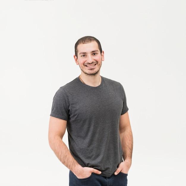 Vista frontale di un uomo felice in piedi contro sfondo bianco Foto Gratuite