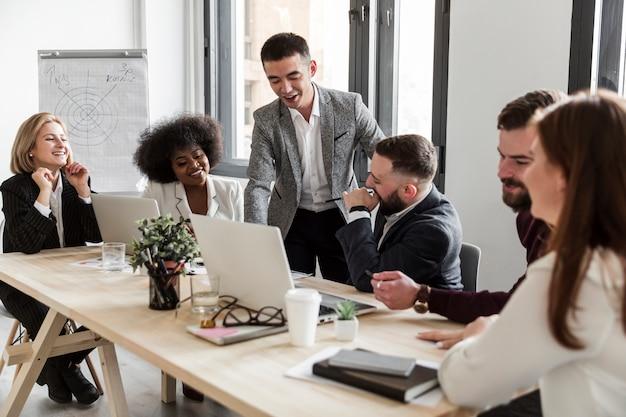 Vista frontale di uomini d'affari in riunione Foto Gratuite