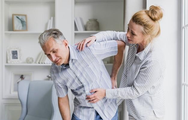 Vista frontale donna e uomo con mal di schiena Foto Gratuite