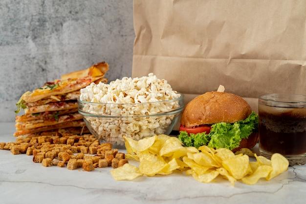 Vista frontale fast food sul tavolo Foto Gratuite