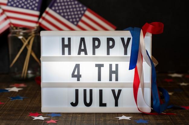Vista frontale felice 4 luglio segno con bandiere Foto Gratuite