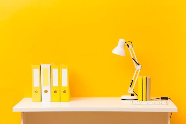 Vista frontale giallo business desk Foto Gratuite