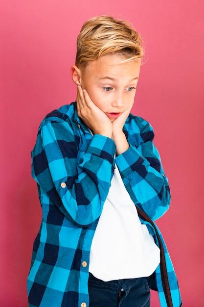 Vista frontale giovane ragazzo chiedendo Foto Gratuite