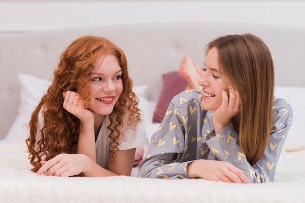 Vista frontale giovani amici guardando vicenda Foto Gratuite
