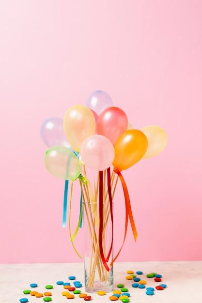 Vista frontale palloncini colorati sul tavolo Foto Gratuite