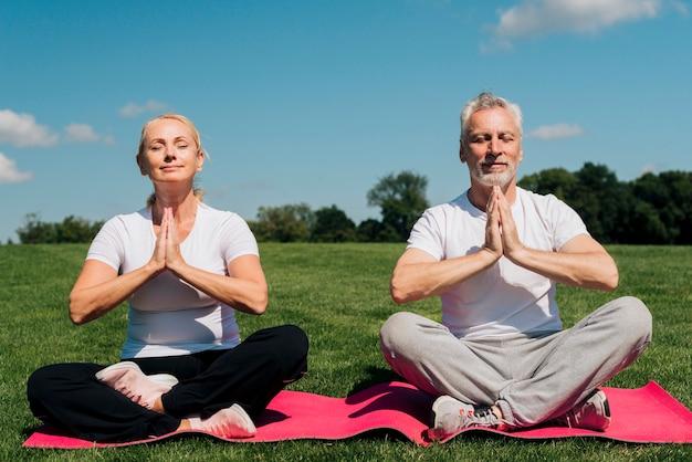 Vista frontale persone meditando insieme Foto Gratuite