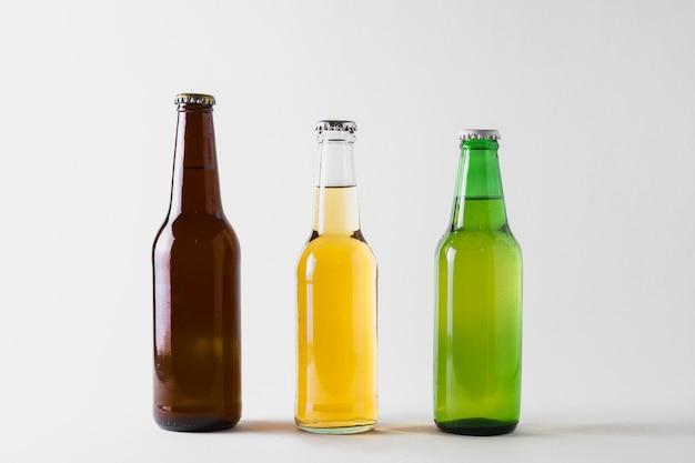 Vista frontale tre bottiglie di birra sul tavolo Foto Gratuite