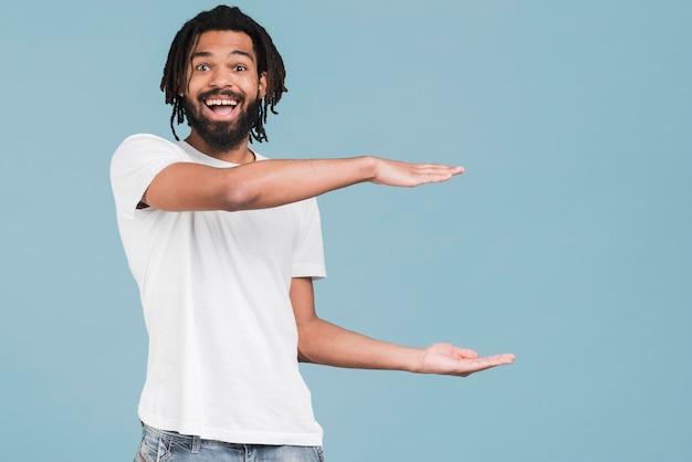 Vista frontale uomo con una maglietta bianca Foto Gratuite