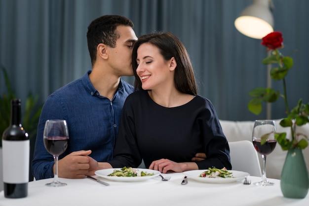 Vista frontale uomo sussurrando alla sua ragazza Foto Gratuite